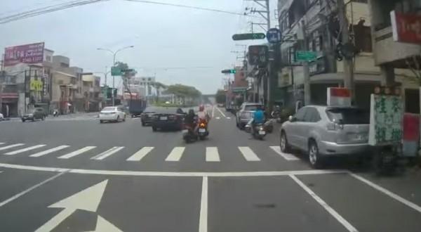 有民眾今(22)日上午11點54分,行經台中市烏日區中山路3段,看見1名機車騎士竟單手騎車,並用左手拿手機講電話,果然下秒騎士來到成功嶺外道路,就因重心不穩摔車。(圖擷取自爆料公社)