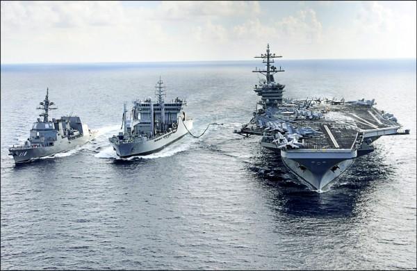 美國海軍航空母艦「羅斯福號」(右)、日本海上自衛隊秋月級驅逐艦「冬月號」(左)、印度海軍補給艦「夏克提號」(中),二○一五年十月舉行三國年度「馬拉巴爾」(Malabar)聯合軍事演習。(法新社檔案照)