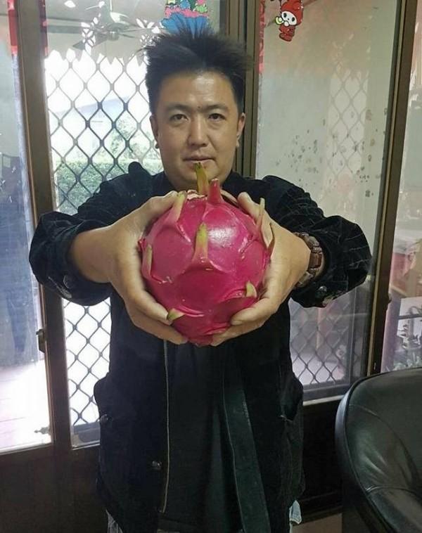 彰化果農陳勝得,堅持種植高品質火龍果,每公斤售價200元以上,仍供不應求。(陳勝得提供)