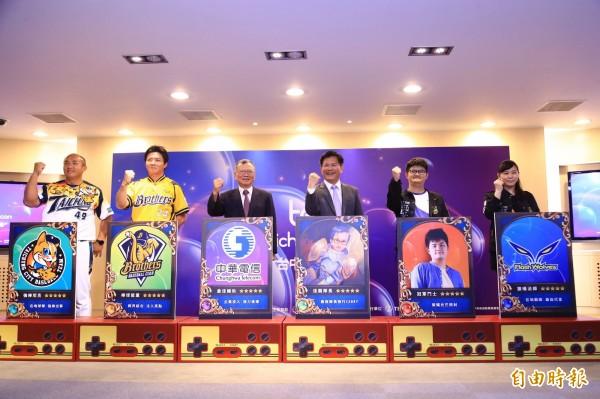 首屆「台中電競節」賽前記者會,職棒球員張泰山(左1)、林威助(左2)出席共襄盛舉。(記者黃鐘山攝)