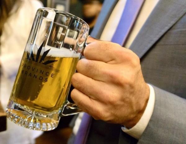 加拿大新創廠商「Province Brands」特別瞄準合法化後將帶來的龐大商機,研發用大麻的莖、根釀造而成的「大麻啤酒」。(圖擷取自Province Brands Facebook)