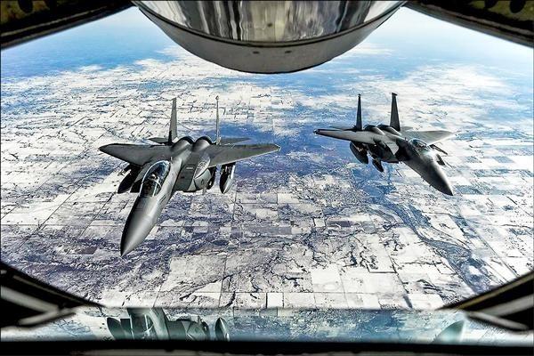 美國智庫學者羅伊認為,若中國發動侵略引發台海衝突,華府卻選擇袖手旁觀,將使美國的領導地位受重創!圖為兩架美軍F-15E戰機。(路透)