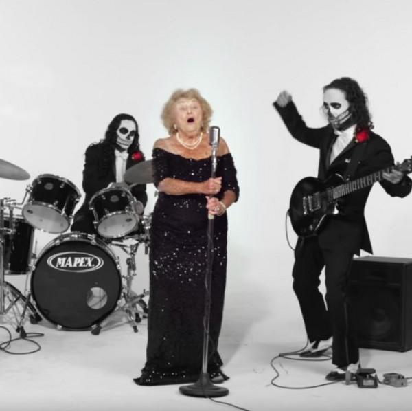 美國紐約老太太金斯堡(Inge Ginsberg),最近成為了死亡金屬音樂偶像。(圖擷自Death Metal Grandma臉書粉絲專頁)