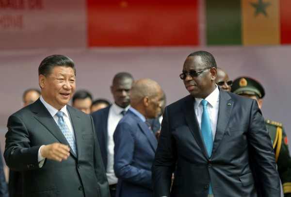 中國國家主席習近平(左)訪問非洲,中國境內爆黑心疫苗事件,被傳言要求提前返國。(路透)