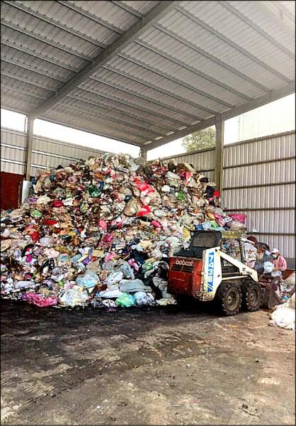 事業廢棄物無處可去,業者只能自行找地囤堆。(業者提供)