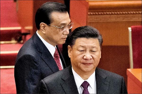 習近平(右)和李克強(左)三月間在北京人民大會堂出席全國人民代表大會閉幕式。 (法新社檔案照)