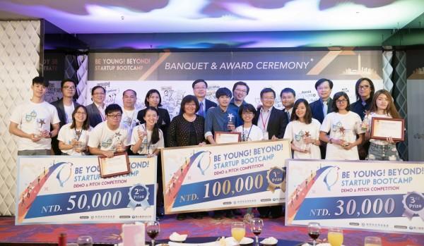 台科大舉辦新南向暑期創業營隊,最終由台灣、菲律賓、印尼成員組成的團隊奪冠,他們以台灣醫療搜尋網站吸引外國遊客的創意點子,獲頒新台幣10萬元獎金,台科大也將提供創業諮詢輔導,並可免費半年進駐台科大新創培育基地空間。(台灣科技大學提供)