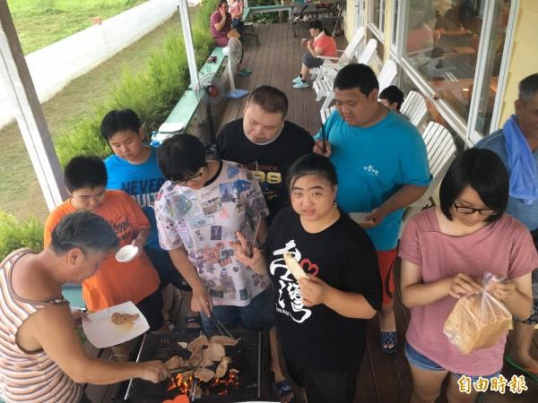 台灣自閉兒家庭關懷協會孩子第一次到墾丁,開心不已。(記者蔡宗憲攝)