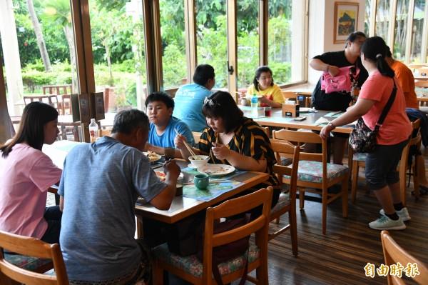 10名自閉兒在志工及家長引領下,開心在五星級的墾丁福華飯店用餐。(記者蔡宗憲攝)
