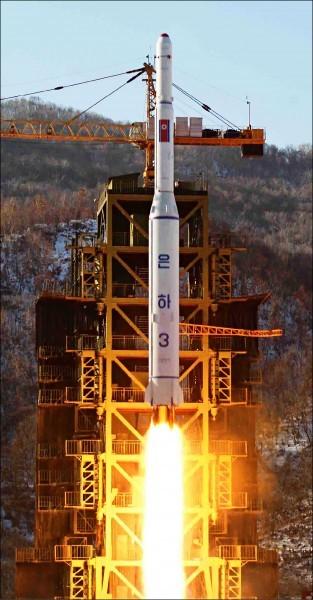 近期出現拆除跡象的西海衛星發射場,建有67公尺高的發射台,圖為北韓2012年12月發射搭載人造衛星的長程火箭「銀河三號」。(歐新社檔案照)