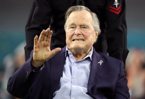 老布希對於曾治療過他的心臟醫師中槍身亡感到悲痛。(路透)