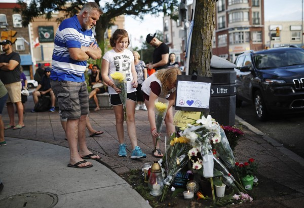 不少民眾在案發後前往哀悼死者。(美聯社)