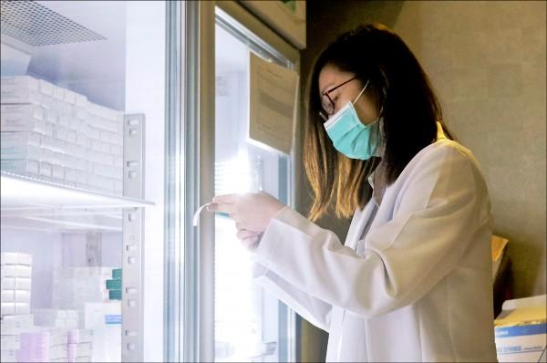 香港一家兒童診所的護理人員二十四日清點疫苗。(路透)