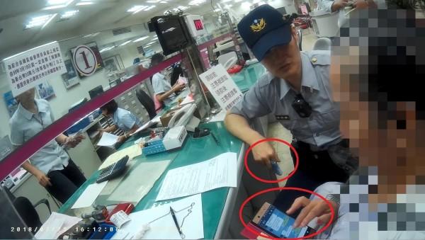 陳女在銀行前放聲大哭,堅持要匯款到香港。(警方提供)