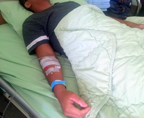 南投陳姓少年打籃球鬥牛賽後,因「橫紋肌溶解症」在衛福部南投醫院住院治療情形。(圖由南投醫院提供)