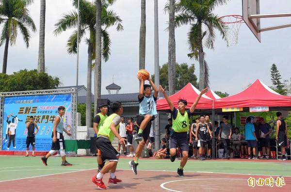 衛福部南投醫院提醒喜愛籃球運動的青年學子,在打球過程中,要適度休息及補充水分,避免「熱」傷害找上門。(記者謝介裕攝)