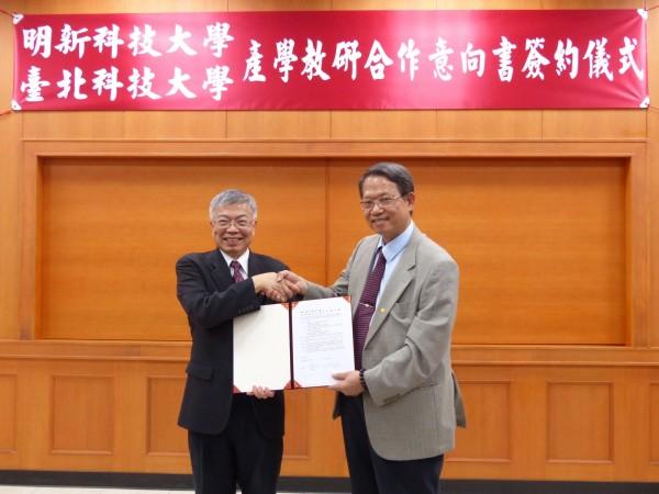 明新科大校長林啟(右)、臺北科大校長王錫福(左)代表雙方簽署合作意向書,將合作產業人才培育。(明新科大提供)