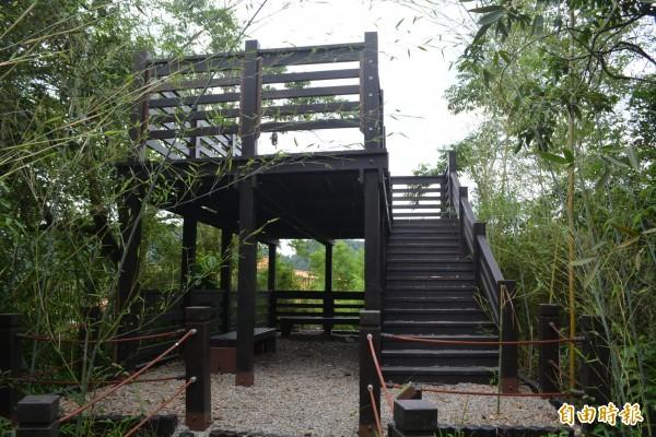 太平蝙蝠洞1期步道完工,終點的「雙層眺景平台」可休息,並遠望頭汴坑溪、護國清涼寺和蝙蝠洞入口等附近景色。(記者陳建志攝)