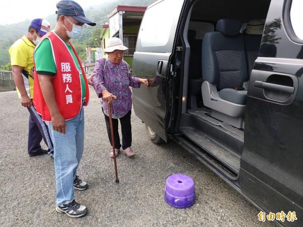 春日鄉的DRTS服務上週搭車人次宣布突破3萬,圖為VUVU陸己心(右一)。(記者陳彥廷攝)