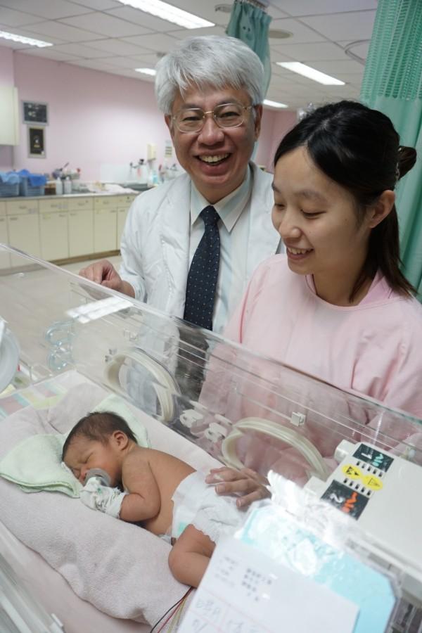 陳婦與兒子在醫師黃元德與醫療團隊搶救下平安生產與健康出生。(記者蔡淑媛翻攝)