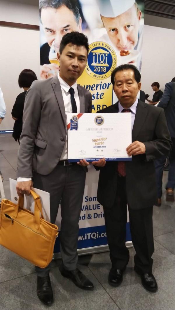 六龜青農劉士輔(左)讓六龜山茶揚名國際,圖為他與父親領取今年ITQI「食品界米其林」風味絕佳獎二星獎。(記者陳文嬋翻攝)