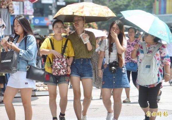 近期台灣將進入相對穩定的天氣,明天全台各地依然是可達34度高溫、紫外線破表的炎熱天氣,不過也要注意可能會有午後雷陣雨。(資料照)