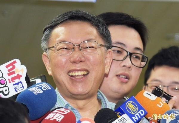 台北市長柯文哲(左)25日於市府接受媒體聯訪。(記者黃耀徵攝)