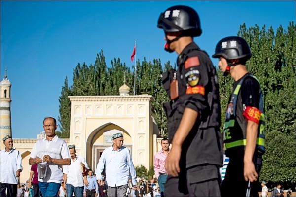 美國非政府組織「中國人權捍衛者」二十五日公佈報告指出,中國政府在新疆地區的逮捕量去年暴增七百三十%。圖為警方在新疆最大清真寺—喀什艾提尕爾清真寺外巡邏。(法新社檔案照)