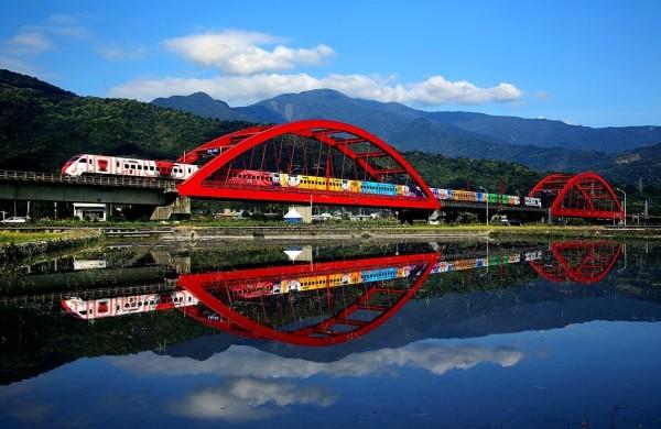 彩繪普悠映紅橋獲攝影比賽金獎。(圖:台鐵局提供)