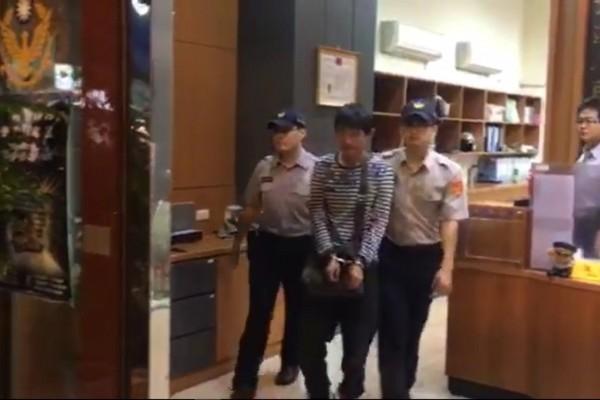 警方抓車手,被質疑不符合程序,涉嫌偽造文書。(記者徐聖倫翻攝)