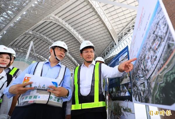 台中市長林佳龍(右)向台南市長參選人黃偉哲(中)說明台中大車站計畫。(記者張菁雅攝)