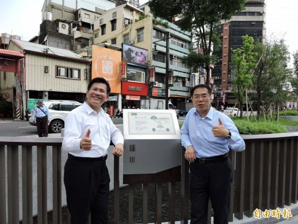 台南市長參選人黃偉哲(右)在台中市長林佳龍陪同下參訪綠川。(記者張菁雅攝)