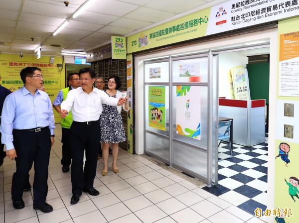 台南市長參選人黃偉哲(左)在台中市長林佳龍陪同下,考察東協廣場改善成果。(記者張菁雅攝)