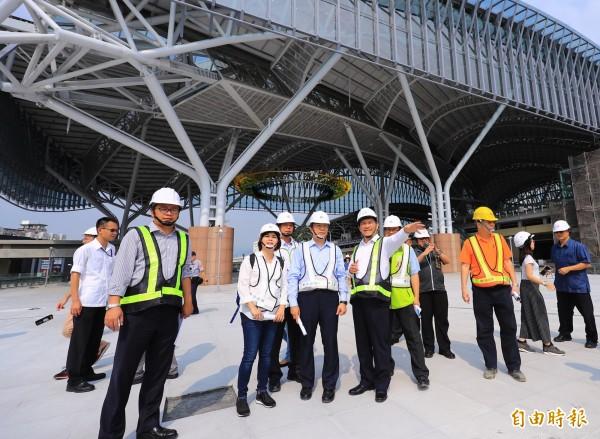 台南市長參選人黃偉哲(前排右二)參訪台中車站新站。(記者張菁雅攝)