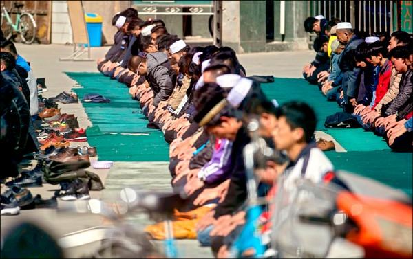 中國甘肅省臨夏市南關清真寺的禱告民眾。(法新社檔案照)