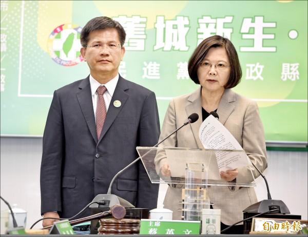 2019年第一屆東亞青年運動會台中市被停辦,總統蔡英文(右)昨日於民進黨中常會發表談話,強調不分藍綠,為選手討公道。左為台中市長林佳龍。(記者羅沛德攝)