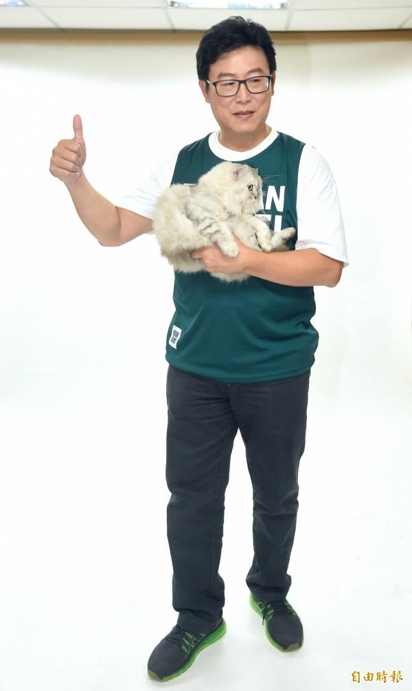 姚文智昨天抱著愛貓「Togi」拍攝定裝照,被砲轟「真的有愛貓嗎?」,今日則有動保人士出面為他緩頰。(記者廖振輝攝)