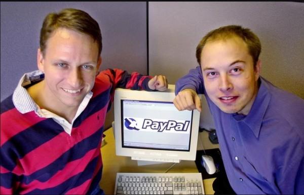 馬斯克(右)過去的照片被翻出,當時已經出現明顯禿髮的跡象了。(美聯社)