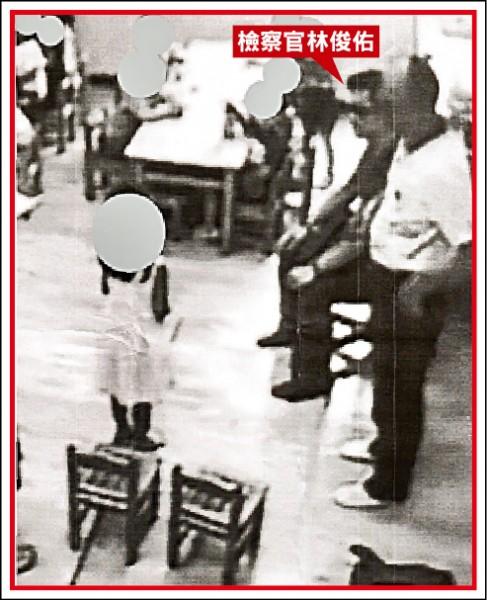 花蓮地檢署檢察官林俊佑(紅色箭頭處),在幼兒園內公審小朋友,為女兒出氣。(立委李麗芬辦公室提供)