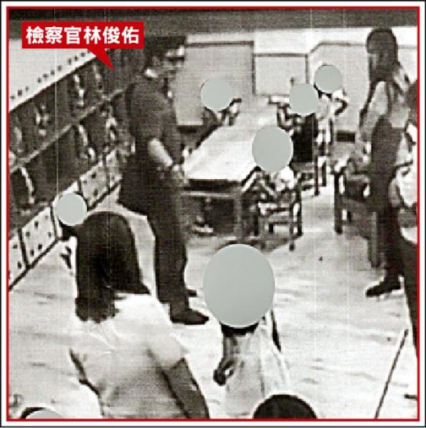 花蓮地檢署檢察官林俊佑(紅色箭頭處),在幼兒園內公審小朋友。(立委李麗芬辦公室提供)