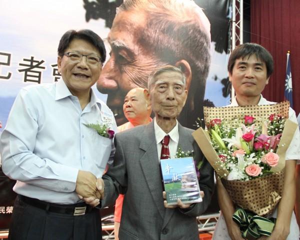 老榮民郭正清(中)的故事被拍成微電影,屏東縣長潘孟安(左)特地到場致意。(屏東縣政府提供)