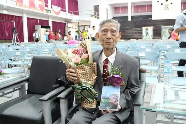 屏東縣91歲的老榮民郭正清義行令人感佩。(屏東縣政府提供)