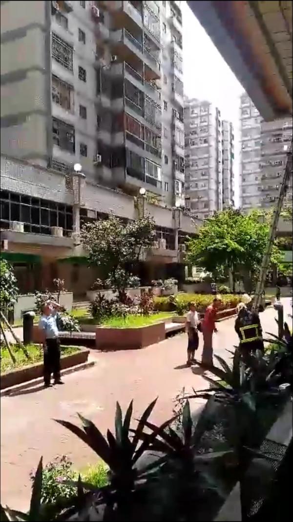消防員以梯架把死者搬下樓。(記者顏宏駿翻攝)