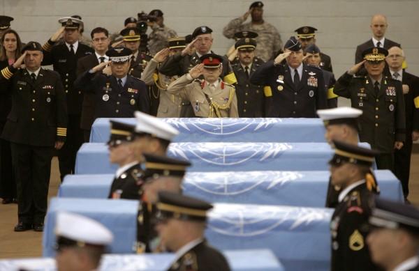 北韓已交還韓戰時期遺留在境內的55具美軍遺骸。圖為過去北韓歸還的美軍靈柩。(美聯社)
