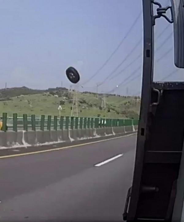 驚悚!國道超大輪胎噴飛從南下車道衝到北上車道,連撞兩車,景象駭人。(翻攝臉書彰化人大小事)