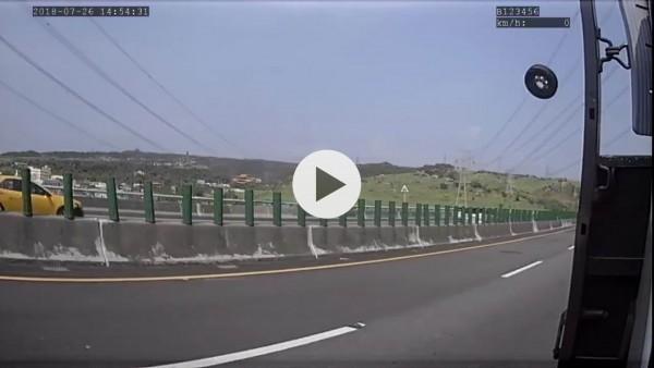 國道3號驚傳超大輪胎噴飛從南下車道衝到北上車道,連撞兩車,景象駭人。(翻攝臉書彰化人大小事)