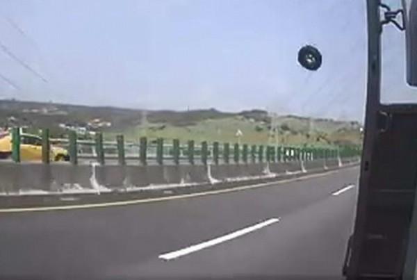 驚悚!國道超大輪胎噴飛連撞兩車,還一度噴飛高達10公尺,景象駭人。(翻攝臉書彰化人大小事)