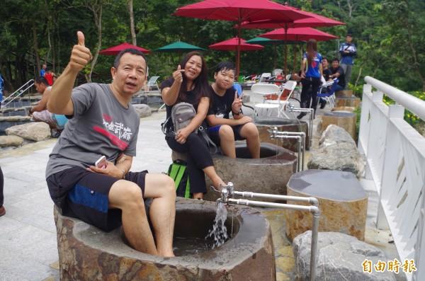 溫泉休憩區設有泡腳池,方便機車、自行車騎士休息泡湯。(記者王善嬿攝)