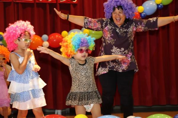新北市八里愛心教養院今天為附設的三峽和三重日托中心舉辦聯合畢業典禮。(陳心瑜翻攝)