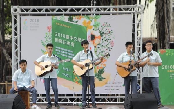 台中一中吉他社演唱為台中文學季揭開序幕。(記者蔡淑媛翻攝)